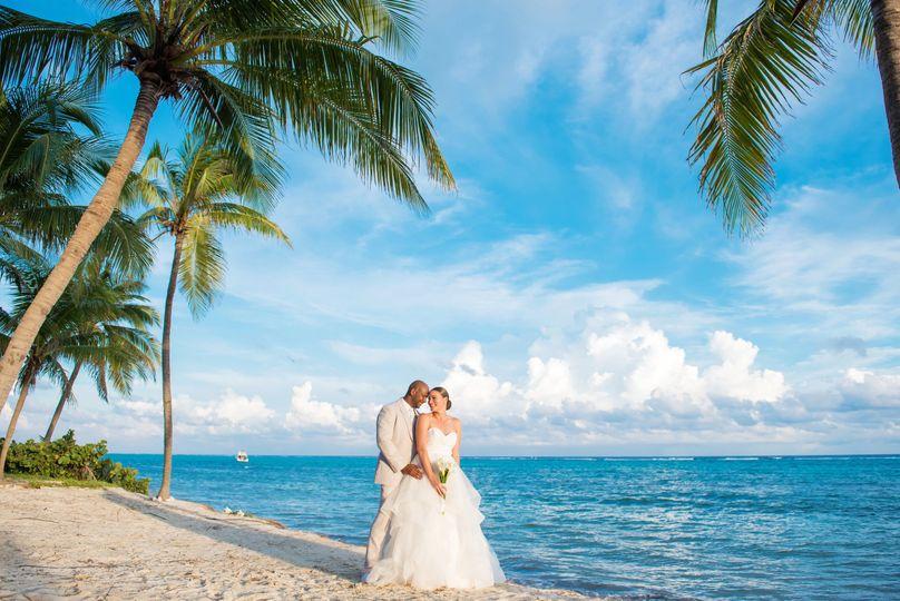 Kissing beneath a palm tree