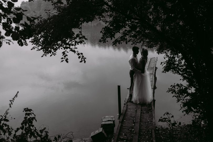 wedding couple on the old wooden pier 63nmzf5 51 1030367
