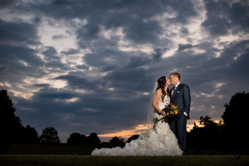 Kissing couple | Photography: Discover Love Studios