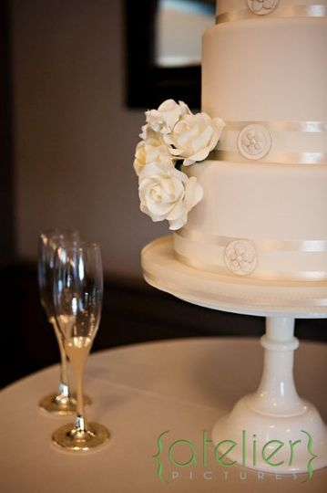 sugar flowers and buttons  photo: Atelier Pictures
