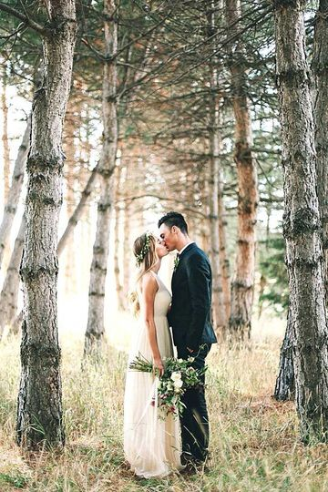A kiss in the woods - Rose & Belle Photography