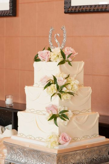 Three tier square cake with flowers