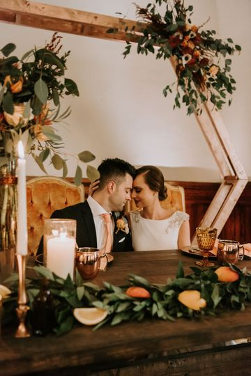 Newlyweds in the sweetheart table | Photo: AbbeyElainePhotography
