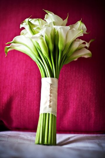 All whte calla lily bouqet with pearl and satin handle.....