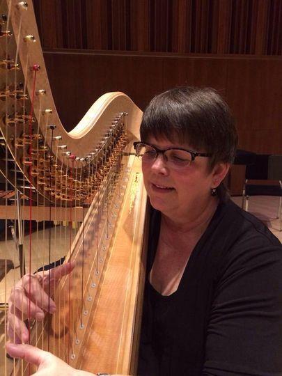Deette bunn, harpist