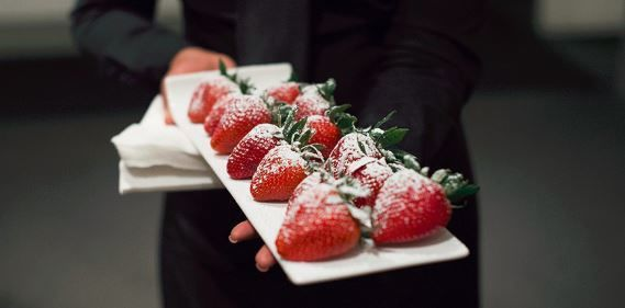 Sugar-dusted strawberries ready to be served