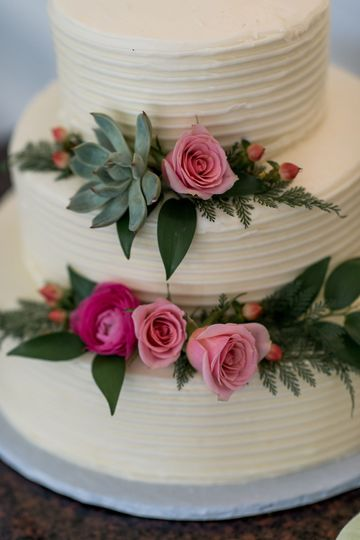 Succulents, hypericum berries, and spray roses cake décor