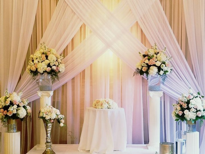 Tmx Cf09239 Blush And White Wedding Ceremony Arrangements 51 42687 V2 Oregon City, OR wedding florist