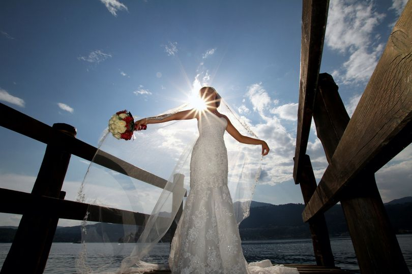A bride with a bouquet at the Maggiore Lake