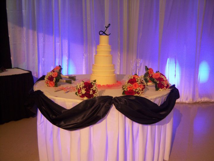 Cake table with navy sway and blue uplighting