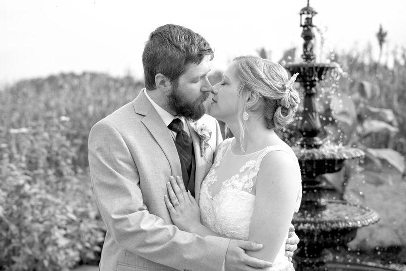 couple fountain kiss 3 bw 51 1028097