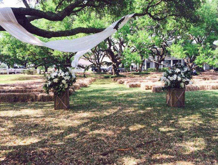 Here's a country wedding waiting to happen on the Live Oak lawn.