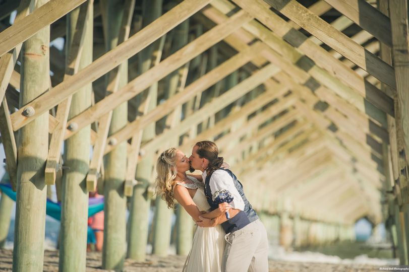 Couple kiss | Richard Bell Photography