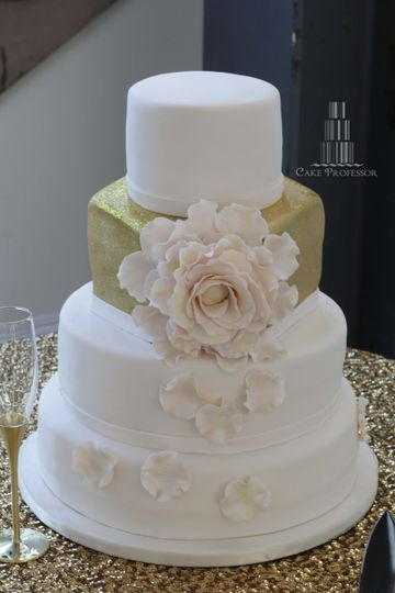 4-tier wedding cake with a gold square layer