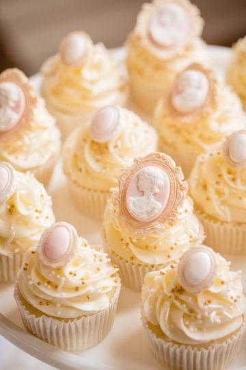 Vintage cameo cupcakes