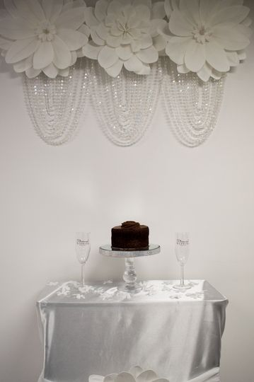 Toast and cake cutting table