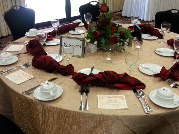 camel crush tablecloth and red napkins