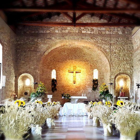 chiesa country con grano e girasoli