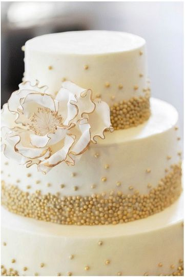 round, tiered, gold, white, flowers,