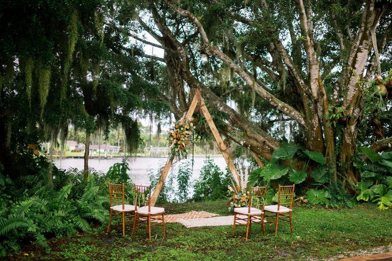 Triangle Arch & Chiavari Chair