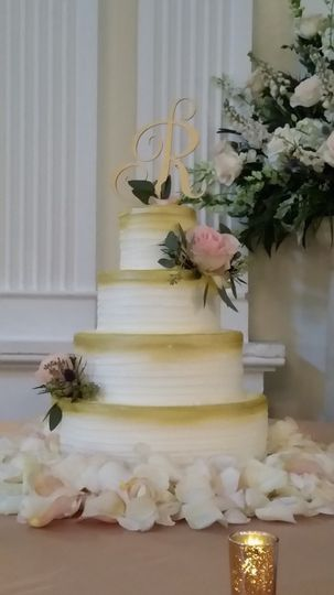 Elegant wedding cake with gold air brushing