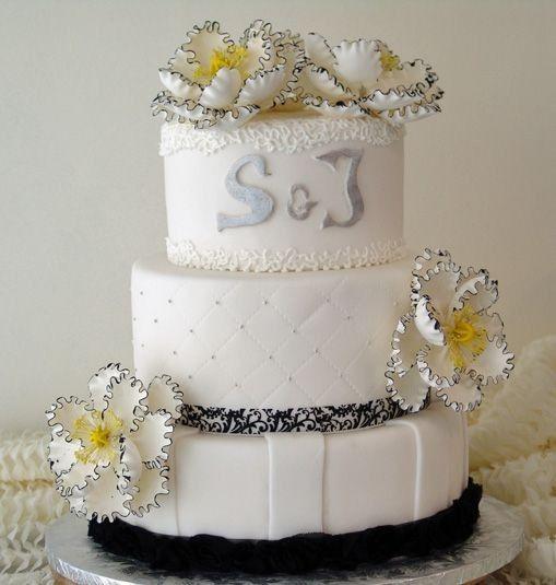 Wedding cake with white flwoers