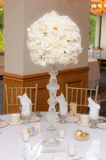 A white flower bouquet centerpiece