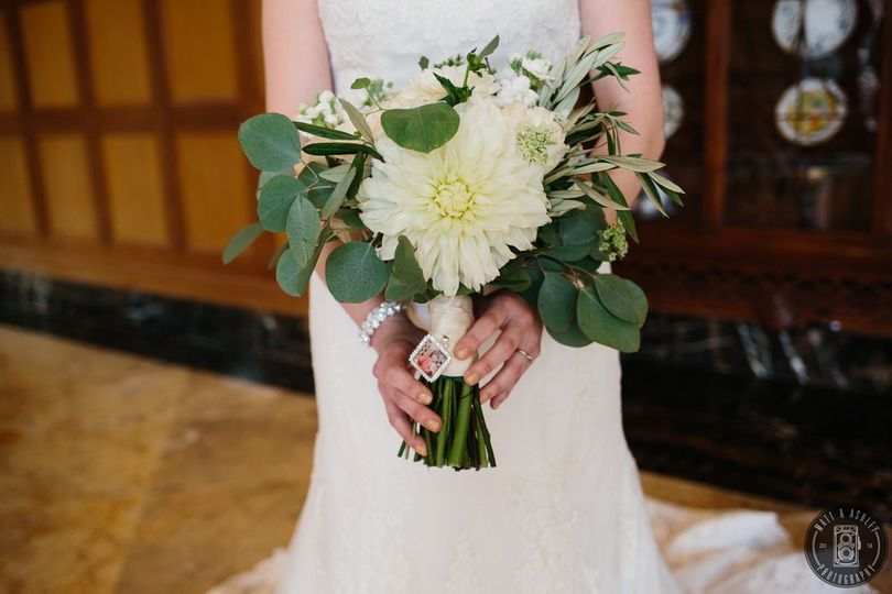 White and green bouquet Photo by Matt and Ashley Photography