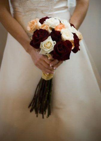 Brideholdingflowers