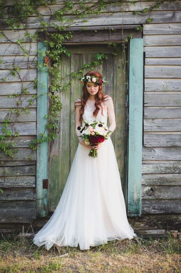 Beautiful Boho bride in front of one of the outbuildings on the Plantation.