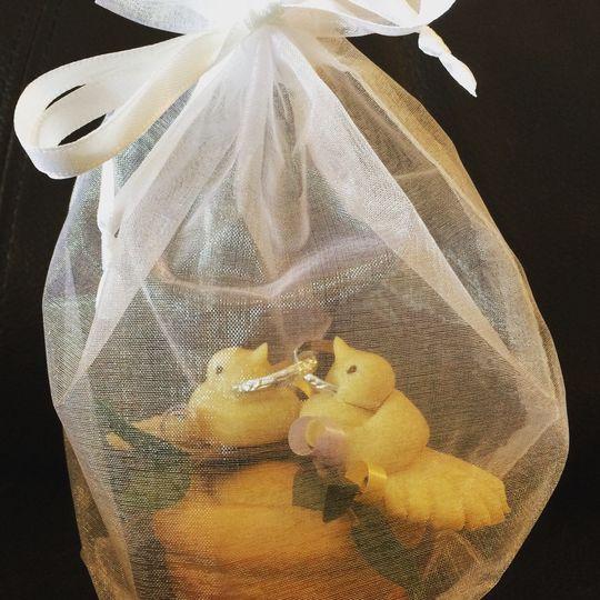 A korovaichyk presented in an organza gift bag.