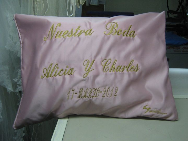 Inside this pillow case the lovly wedding gown from Alicia and charly is preserved.