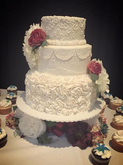 Wedding cake and more than 200 cupcakes for a lovely young bride and groom!