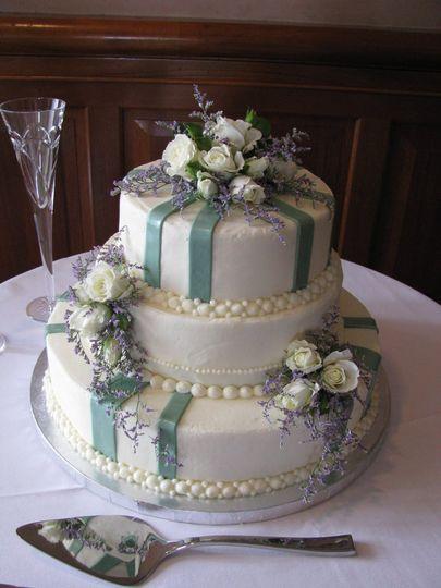 Elegant butter cream cake with fresh flowers