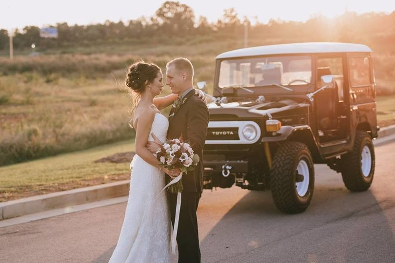 Bride's arrival in a Toyota Land Cruiser | Sullivan Photography