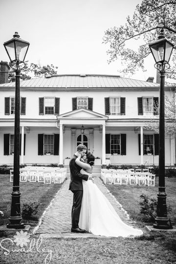 Kiss by the wedding venue