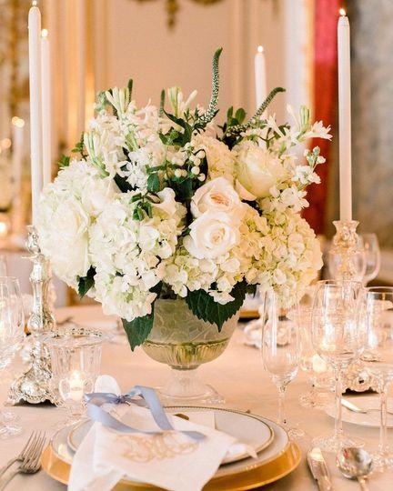 White flower centerpiece, pc: @birdsofafeatherphotos