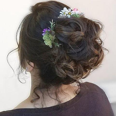Bun and floral details