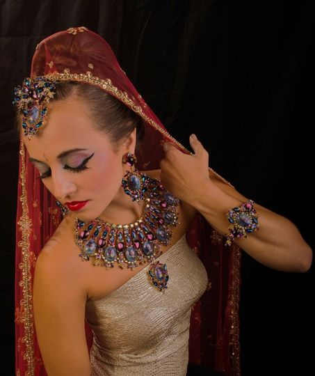 Simple make-up with lavish accessories and veil