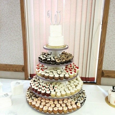 A cake of cupcakes