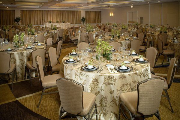Crowne Plaza offers an elegant Complimentary Ivory Damask Wedding Linen for all Wedding Receptions...