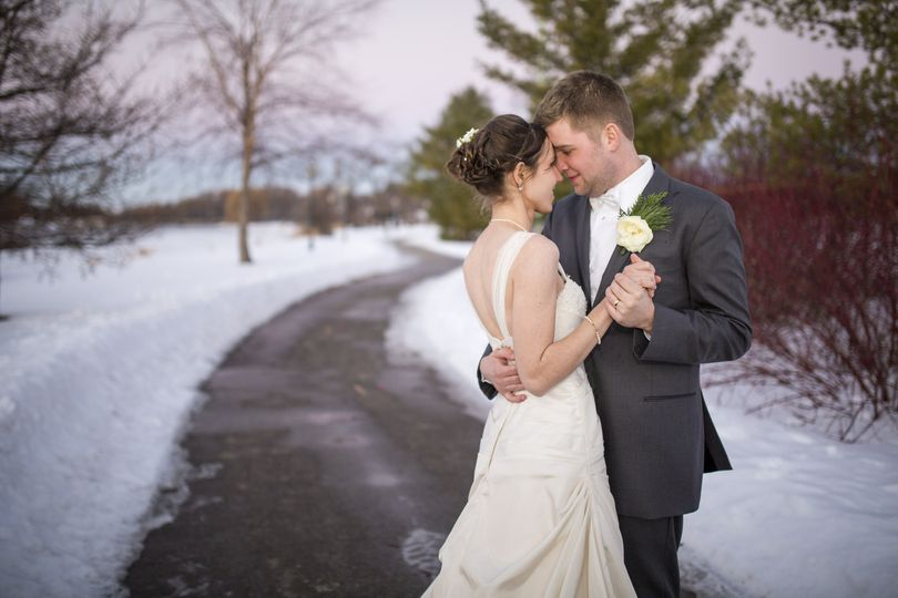 outdoor snowy winter wedding photography 01