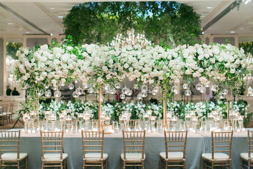 Long tables with flowers | Photo Credit: Arte de Vie