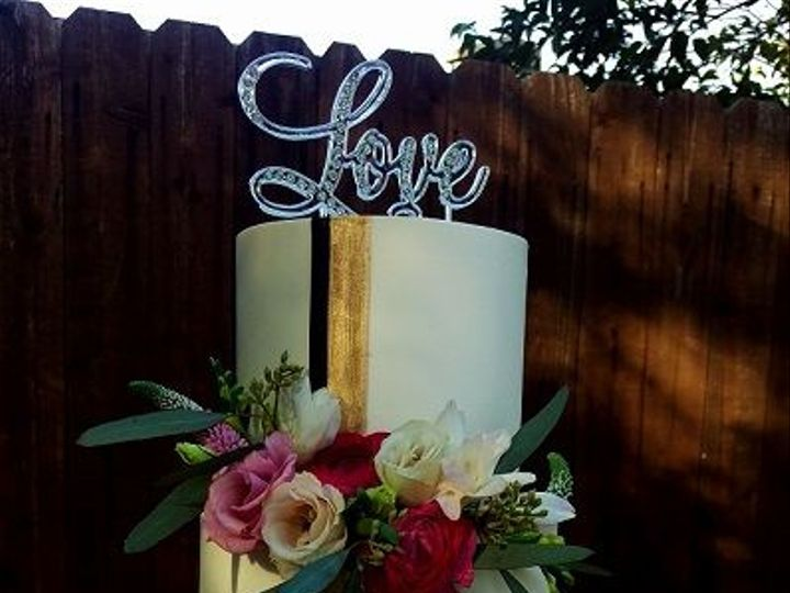 Tmx 1532552392 7e39cdabb70b75ba 1532552391 5d2e6494556c72e4 1532552390795 8 Gold Stripe Los Angeles, California wedding cake