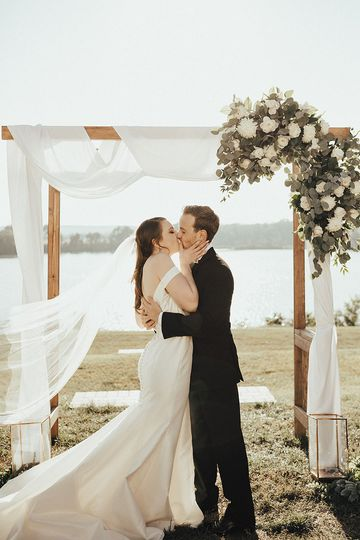Kiss under the arch