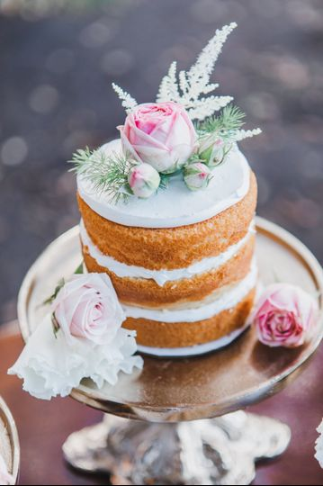 Naked cake and roses