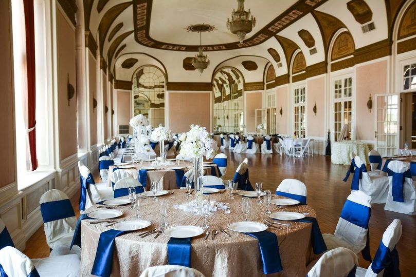 Royal blue table napkins and chair ribbons | Photography by Tinker Keeney