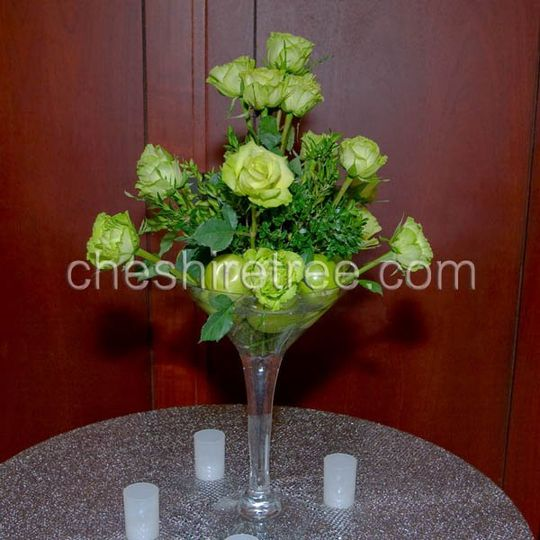 A perfect pairing for you martini bar. Apples and green roses in a martini glass says appletini!