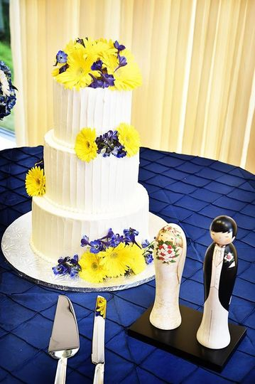 Wedding cake and figurines
