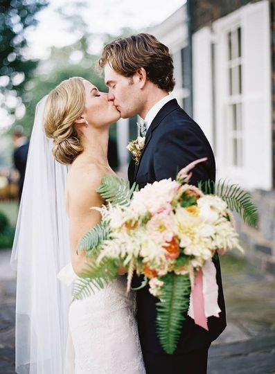 Couple kissing | Eric Kelley Photography